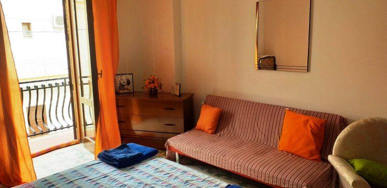 camera con divano